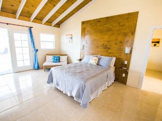 Amazing waterfront  Guest House with beautiful sunsets perfect for 4 adults, Providenciales