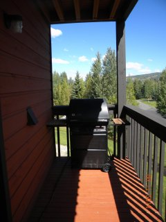 BBQ on Spacious Deck. - Enjoy a bbq on the large deck.