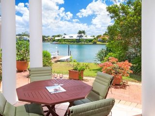 Tranquil Villa by canal, in the heart of Noosa