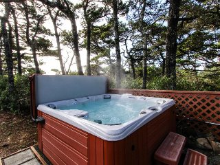 Charming dog-friendly coastal abode w/ private hot tub, Xbox, dartboard & more!, Florence