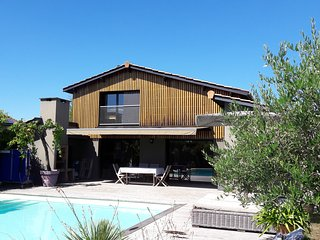 Spacious 4 bed house with pool, deck and garden between Bordeaux and the ocean, Le Taillan-Medoc