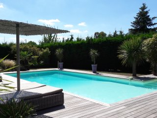 Spacious 4 bed house with pool, deck and garden between Bordeaux and the ocean
