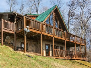 Family-focused cabin w/stunning views, private hot tub, & games for everyone, Sevierville
