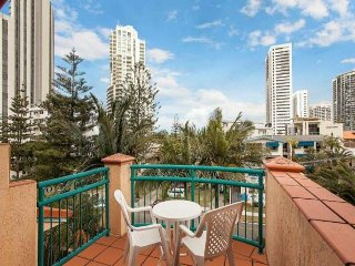 Studio apartment - Central Broadbeach - top floor great views! Tropical surround