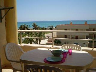 Ref 122.- Amplio apartamento cerca de la playa con piscinas y en zona tranquila.