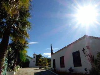 Casa El Peñón con amplios jardines, terraza exterior, acristalada