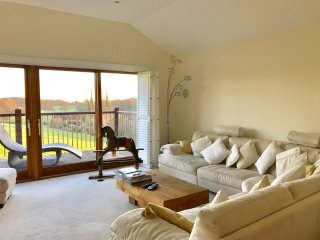 Spacious modern home, south facing views and hot tub. Close Henley-on-Thames, Peppard Common