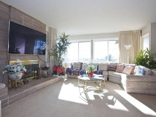 Vibrant Home w/ Modern Tech & Beautiful Views, El Cerrito