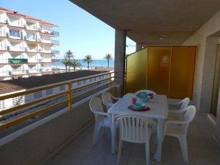 Ref 21.- Apartamento con amplia terraza, al lado de la playa y centrico. Con pkg