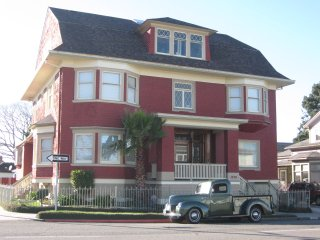 Cute Cozy Creative & Centrally located apartment in Eureka