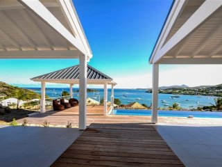 VILLA  FACE A SAINT BARTH ET L ILET PINEL