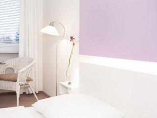 Vacation Apartment in Munich - 258 sqft, hotel service, great location, modern, Eichenau