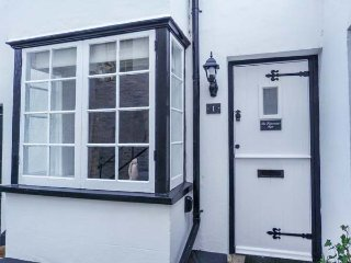 THE FISHERMAN'S REST, Grade ll listed cottage, WiFi, courtyard patio, in Hasting