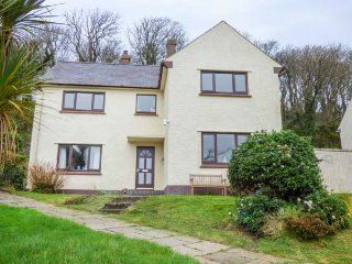 PUFFIN HOUSE, detached cottage, woodburner, pet-friendly, in Dale, Ref 953693