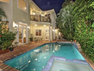 Private Villa w/Heated Pool & Jacuzzi  WALK TO BEACH