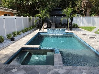 Hibiscus Villa By The Sea-Pool/Jacuzzi & Walk to the Beach-Central Location