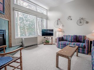 Cozy alpine townhome w/ shared pools, on-site tennis, game room & gym!