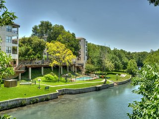 2 bedroom/1 bath condo, Private Balcony with gorgeous river view!