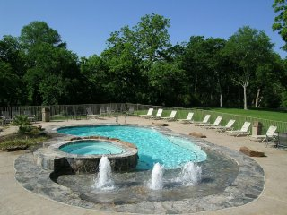 Gorgeous 2 bedroom/2 bath condo w/ easy access to the River and Schlitterbahn