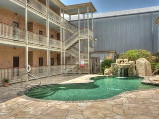 Beautiful 3 Bedroom in Gruene with Private Balcony.