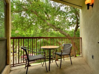 Luxurious 2 bedroom/2 bath condo w/ easy access to the River and Schlitterbahn