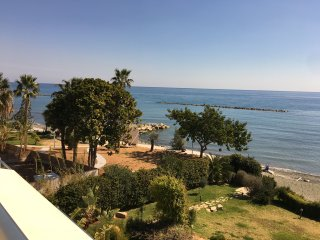 Glamorous 3BR apartment on the beach, Germasogeia