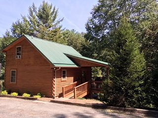 Autumn Mist -Hot Tub, WIFI, Pool Table & Dog Friendly, Gas logs, Creekside Trout