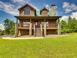 Dog-friendly home with private hot tub, pool table, and mountain views!, Sautee Nacoochee