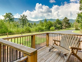 Dog-friendly getaway for two w/ gorgeous mountain views, private hot tub, sauna!