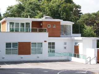 Luxury 2 bed 2 bath, sleeps 5 with parking and views over bournemouth gardens