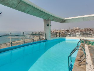 Upper-level condo w/ shared rooftop pool - stunning city, mtn & ocean views!