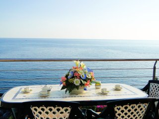 Modern apartment with WIFI, private garden with BBQ next to the sea, Llanca