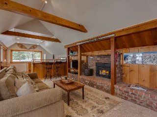 Spacious Squaw Valley Cabin by Ski Lifts