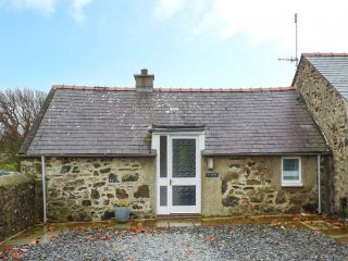 TY WOMS, stone-built, single-storey, pet welcome, romantic retreat, Abersoch