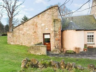 MERCAT COTTAGE, all ground floor, pet-friendly, shared formal gardens and private patio, Cockenzie, Ref 951087