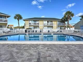 NEW! Cozy Destin Studio w/ Marina - Walk to Beach!