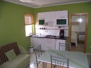 Ferienhaus Antonio ( youtube-dron video vom Haus und der Umgebung ), Razanac