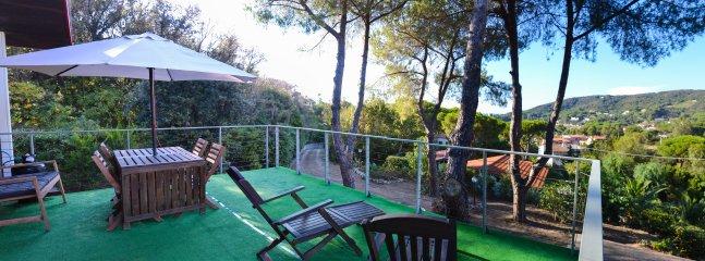 Terrasse avec table et chaises longues