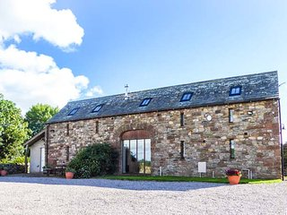 RUSBY BARN, woodburning stove, pet-friendly, underfloor heating, fantastic base, Ousby