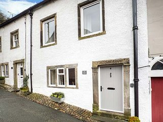6 CONSTITUTION HILL, terraced, en-suite, pet-friendly, enclosed patio, WiFi, in, Settle