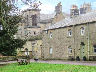 GARDENERS COTTAGE, sumptuos luxury, woodburning stove, fantastic views, near Bellingham, Ref 954147a