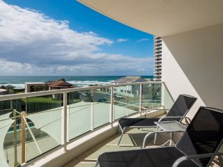 Modern two Bedroom Apartment with Beach view, Main Beach