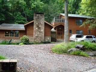 Bear Claw Lodge- Sleeps 36, Gatlinburg