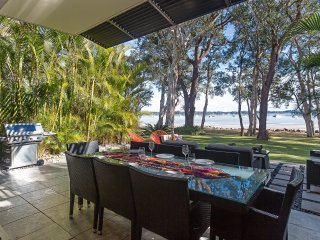'Ambience on the Waterfront', 14 Danalene Parade - prestige property, linen, air