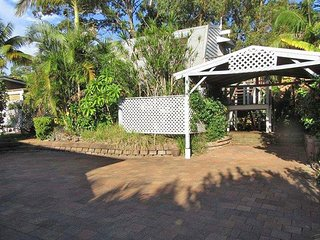 'The Barn' 128a Tomaree Road - Pet friendly, air conditioned & 15 min walk to Be