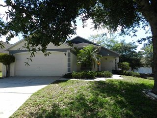 Cozy Davenport Lakes 3/2 country pool home with personal touches and charm