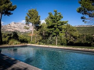 Magical Glass Villa facing the Sainte-Victoire, Le Tholonet
