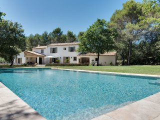 Beautiful farmhouse with a large pool and garden, Rognes