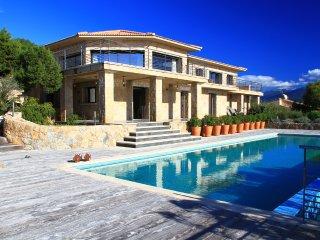 High class villa opposite the ocean