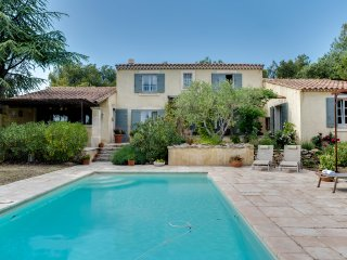 Cheerful family home with a pool, Cabrieres-d'Avignon